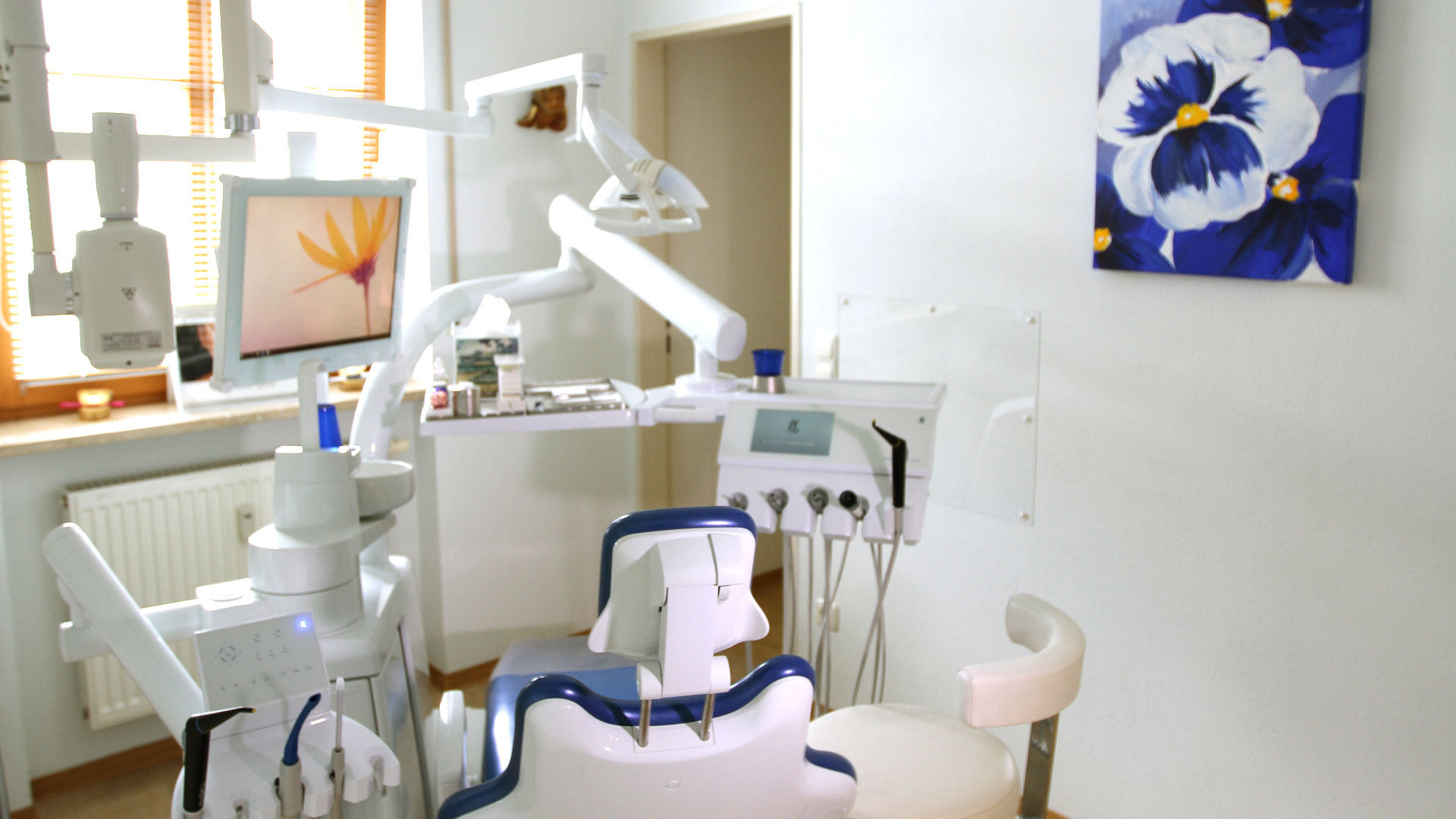 Zahnarztpraxis Sylvia Pahl Behandlungsstuhl Blau