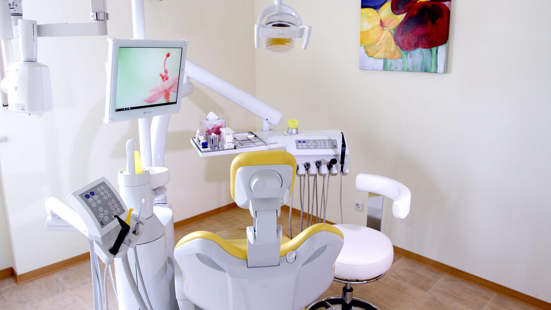 Zahnarztpraxis Sylvia Pahl Behandlungsstuhl Gelb