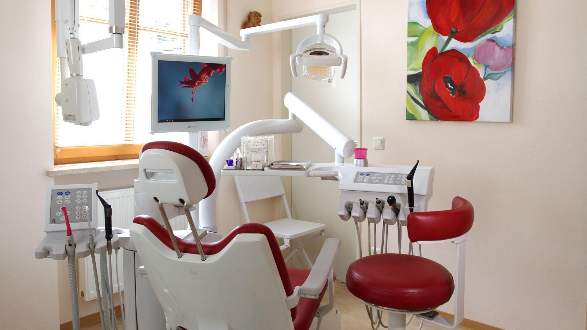 Zahnarztpraxis Sylvia Pahl Behandlungsstuhl Rot